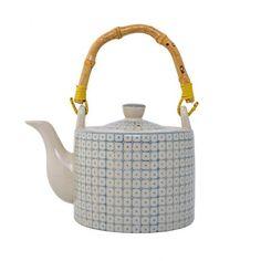 Théière bleue Elizabeth @bloomingville  - Conçue en porcelaine, ornée de motifs graphiques bleu sur fond blanc et agrémentée d'une jolie anse en bambou, cette théière allie le charme du rétro à la modernité du design nordique. Un joli service à thé coloré.