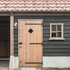 Diy Carport, Contemporary Cabin, Outdoor Rooms, Outdoor Decor, Build A Greenhouse, Backyard Studio, Romantic Homes, Garden Office, Exterior Doors
