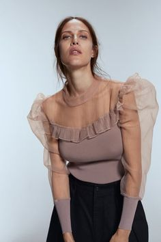 70 Fashionable Organza Outfit Looks Blouse Styles, Blouse Designs, Organza, Moda Chic, Moda Casual, Zara Women, Shirt Blouses, Women's Shirts, Long Sleeve Tops