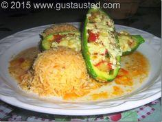 Calabacitas rellenas servidas con arroz. Ven por la receta!