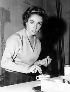 Elizabeth Taylor on a coffee break Elizabeth Taylor, Queen Elizabeth, People Drinking Coffee, Drinking Tea, Coffee Barista, Coffee Drinks, Golden Age Of Hollywood, Old Hollywood, Classic Hollywood