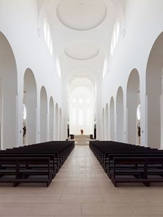 Central isle of the renovated Moritzkirche in Augsburg by John Pawson. Photo by Jens Weber.
