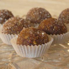 Fini blagdanski kolači, jednostavni za pripremu, a jedinstvenog osvježavajuće voćnog okusa smokvi i naranče. Preporučujemo kuglice raditi tri do četiri dana ranije, kako bi se prije posluživanja posuš
