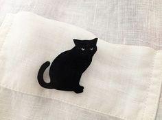 ネコのプラバンブローチです。ネコの形に切ったプラバンを黒のマニキュアでコーティングしています。切り抜かれた部分から向こう側が透けて見えるので、着けるものの素材...|ハンドメイド、手作り、手仕事品の通販・販売・購入ならCreema。