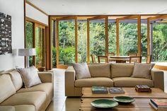 casa indah, angra dos reis, rio de janeiro | projeto: lia siqueira / azul arquitetura | as esquadrias pivotantes que separam a sala de estar...