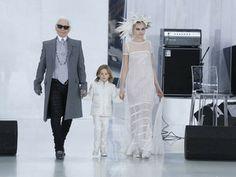 J'ai lu l'article Défilé Chanel Haute Couture : Cara Delevingne époustouflante en robe de mariée sur http://www.closermag.fr/mode/news-mode/defile-chanel-haute-couture-cara-delevingne-epoustouflante-en-robe-de-mariee-262537