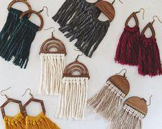 Diy Macrame Earrings, Macrame Art, Macrame Projects, Wooden Earrings, Macrame Jewelry, Wooden Jewelry, Diy Earrings, Clay Jewelry, Laser Cut Jewelry