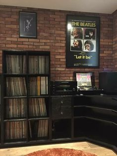 Informations About Music studio interior design vinyl records 36 Super ideas Pin You can easily . Home Music Rooms, Music Studio Room, House Music, Studio Interior, Room Interior Design, Lp Regal, Vinyl Record Storage, Vinyl Shelf, Record Wall