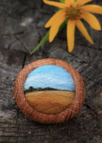 Minnesota artist Lisa Jordan makes these beautiful brooches by needle felting wool, and then implementing it to a found piece of oak. Wet Felting, Needle Felting, Handmade Crafts, Diy Crafts, Mn Artists, Felt Pictures, Felt Brooch, Sewing Art, Fabric Jewelry