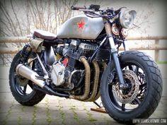 """Alex souhaitait nous présenter sa """"Babushka"""", une Honda CB 750 Seven Fifty qu'il a soignée comme une poupée russe, une bécane complètement à l'est..."""