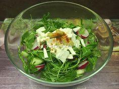 ☕ Top recept na 🍽salát z rukoly s balkánským sýrem stojí za vyzkoušení. Vyzkoušejte i naše další v kategorii saláty. Postup je jednoduchý: Rukolu omyjeme a necháme odkapat. Vložíme do mísy a přidáme nakrájené ředkvičky a olivy.   Okurku oloupeme, omyjeme a nakrájíme na kostky. Přidáme do salátu...