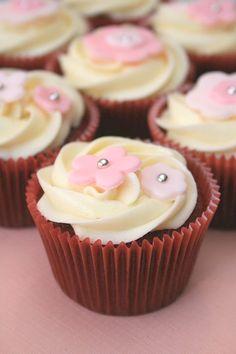 baby shower cupcakes, wedding cupcakes, white cakes, velvet babi, red velvet cupcakes, fondant flowers, cupcake toppers, babi shower, baby showers