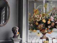 //saipua. Guest card table, floral arrangement size and placement.