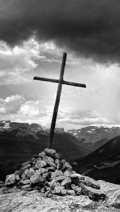 Então, olhe para a cruz. Contemple o maravilhoso dom do amor. A salvação é prometida a um olhar. Sente-se como Maria, e contemple a Jesus crucificado. Assim o mundo se tornará uma coisa ofuscada e moribunda. Quando você olha o sol isso faz com que todas as outras coisas escureçam; quando você prova o gosto de mel, isso faz com que todo o mais se torne amargo. Semelhantemente, alimentar-se de Jesus retira a doçura de todas as coisas terrenas: elogios, prazeres, desejos carnais, todos estes…