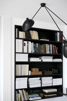 Schwarz schafft Tiefe und eignet sich besonders gut für einzelne Möbelstücke und Wände.