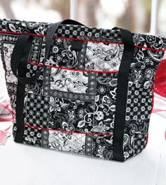 Quilted Tote Craft this quilted tote to carry all sorts of items, including a laptop, exercise clothes or paperwork Tote Purse, Tote Handbags, Tote Bags, Bag Quilt, Purse Patterns, Quilted Bag, Fabric Bags, Handmade Bags, Bag Making