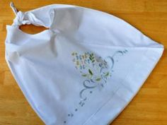 Cute pillowcase tote bag. DIY tutorial from bumblebeelinens.com. Easy to make, perfect to bring to the grocery store or farmer's market