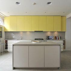 Si nos gusta el amarillo, pero no queremos que sea el protagonista de nuestra cocina, entonces lo combinaremos con blanco para que el resultado sea espectacular. Una cocina a la última pero sin ser excéntrica, como se suele decir… menos es más.