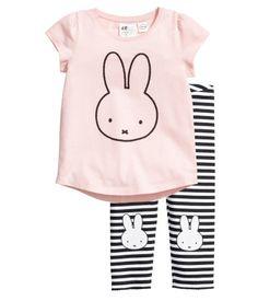 Ljusrosa/Miffy. En pyjamas med topp och tights i bomullstrikå. Topp med kort puffärm och tryck fram. Randiga tights med resår i midjan och uddkant vid