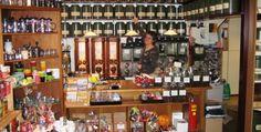 't Konkeltje Voor de koffie- en thee liefhebber is dit hemel op aarde. Een fantastisch winkeltje waarvan de inrichting op een museum lijkt. Je vindt hier ambachtelijk gebrande koffie en wel 120 soorten thee. 't Konkeltje vindt u aan de Dijkstraat 3 in #Zwolle