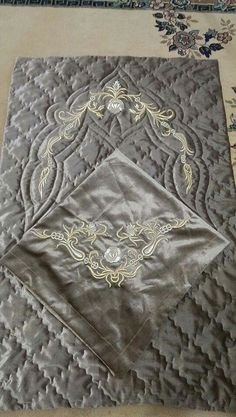 Muslim Prayer Mat, Prayer Rug, Crewel Embroidery, Bed Covers, Baby Quilts, Bed Pillows, Diy And Crafts, Sewing Projects, Prayers