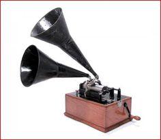 Le Standard est l'un des phonographes produits en grandes séries par les usines Edison à partir de 1897. Steampunk Movies, Steampunk Gadgets, Steampunk Cosplay, Steampunk Fashion, Steampunk Festival, Romantic Period, Neo Victorian, Alternate History, Gothic Horror