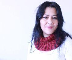 O frio está chegando!! Hoje temos mais uma receita nova no blog!! E trouxe a minha gola suuuper fácil!!! Gola Cravina! Flor Cravina Vamos : G Blog, Est, Cowl, Fuzzy Slippers, Cold, Knitting And Crocheting, Recipe, Lets Go, Blogging