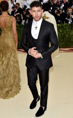Nick Jonas from 2018 Met Gala Red Carpet Fashion In Dolce & Gabbana. Heavenly Bodies: Fashion and the Catholic Imagination Met Gala Outfits, Prom Outfits, Wedding Dress Men, Wedding Suits, Best Mens Fashion, Suit Fashion, Nick Jonas Body, Rock Style Men, Blazers