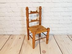 I love these vintage dolls chairs!!