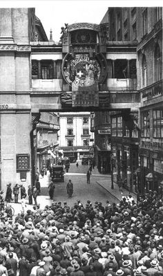 Inbetriebnahme der Ankeruhr, Hoher Markt, Wien, 1915 Scenery Pictures, Old Pictures, Old Photos, Vintage Photos, High Art, Vienna Austria, World Cultures, Around The Worlds, Black And White