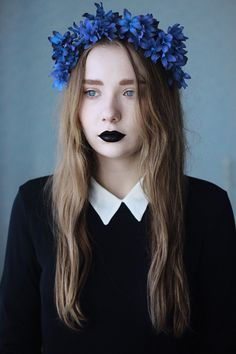 So mod goth! The flower crown--reflection of the ways of the goths(pagan), the black lipstick which is considered a modern goth makeup and of course her outfit which is definitely mod. Pelo Color Azul, Hipster Photo, Grunge, Black Lipstick, Bold Lips, Models, Purple Hair, Ombre Hair, Pastel Goth