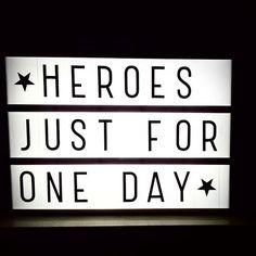 Ik denk dat er geen meer toepasselijke quote is voor vandaag als de deze. Voor jou David Bowie, may you rest in peace.. Not a more fitting quote than this in honor of David Bowie. May he rest in peace.. // ☆ #ripdavidbowie #heroesjustforoneday #lightingbox #lichtbox #alittlelovelycompany #homedecor #wisewords #quoteoftheday