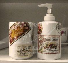 Calco full color estilo vintage sobre dispenser y vaso de cerámica.