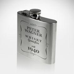 Zugegeben: Whisky trinkt man normalerweise eher aus einem edlen Glas - aber für unterwegs, beispielsweise bei einem Whiskygenießerpicknick, macht unser Flachmann mit Gravur - Whiskygenießer - mit Ihrem Namen die bessere Figur.