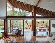 Casa incorpora árvore no deck e se beneficia de sua sombra. Fotos publicadas na revista Arquitetura & Construção.