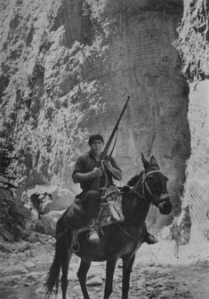 H old Crete as you have not seen through photos of people, the places they live and their daily lives Greek Soldier, Crete Island, Greek History, Crete Greece, Freedom Fighters, East Africa, Old Photos, Art Reference, Folk