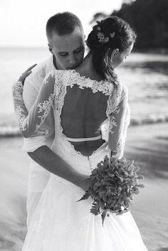 Robe de mariée sur mesure à Paris Wedding Goals, Wedding Ideas, Photo Couple, Sexy Wedding Dresses, Occasion, Belle Photo, Wedding Couples, Runway Fashion, Beautiful Dresses