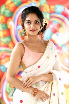 Ahaana Krishna totally owned Vanitha cover page in this custom made outfit from 'Chamayam' bringing in the magic of colors to our traditional designs blending it soulfully with contemporary motifs! Trendy Sarees, Stylish Sarees, Kerala Saree Blouse Designs, White Sari, Saree Painting, Wedding Album Design, Saree Photoshoot, Saree Trends, Saree Look