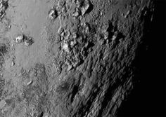 New Horizons -luotaimen lähettämässä ensimmäisessä lähikuvassa näkyy vuoristoista aluetta.