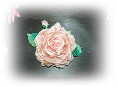 Rosa realizada en gazar de seda, teñida a mano difuminando los colores y formas con buriles http://eugeniajimenez.blogspot.com.es/2014/11/curso-de-sombrereria.html