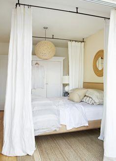 Faire soi même son lit à baldaquin: des tringles à fixer au plafond et un voilage léger
