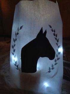Hevosen pää siluetti  paperipussiin ja led valot