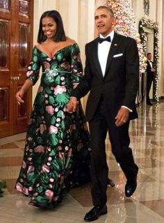 Michelle Obama Flotus, Barak And Michelle Obama, Michelle Obama Fashion, Blake Lively, Moda Floral, Gucci Floral, Barack Obama Family, First Black President, African Dress