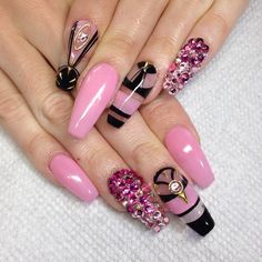 Pink and black nails by @fnailsbymztina on Instagram