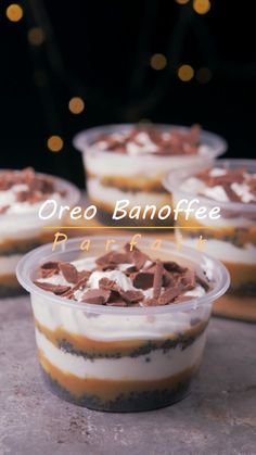Oreo banoffee parfait is a modification of the famous banoffee pie with Oreo as the crumb base. The Oreo pastry base banana whipped cream and dulce de leche make a perfect combination! Parfait Desserts, Mini Desserts, Easy Desserts, Mini Dessert Cups, Mason Jar Desserts, Desserts In A Glass, Mini Dessert Recipes, Parfait Recipes, Individual Desserts