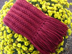 Easy knitting scarf pattern. Hmmm...this would b great to go with the sweater ;)