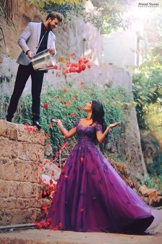 40 'Fun'-tastic Prewedding Photoshoot Prop Ideas Credit : Israniphotography Balloons are associated with fun and happiness. Then use them as your prewedding photoshoot props. The balloon as the photoshoot props Pre Wedding Shoot Ideas, Pre Wedding Poses, Indian Wedding Poses, Pre Wedding Party, Indian Wedding Couple Photography, Couple Photography Poses, Photography Styles, Bridal Photography, Newborn Photography