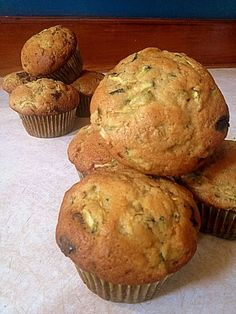 Recette de Muffin au zucchini et chocolat noir Breakfast Muffins, Muffin Recipes, Vegetable Recipes, Scones, Biscuits, Brunch, Bakery, Deserts, Food And Drink