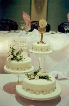 First Communion by Ayoma Cake Masterpieces, via Flickr Communion Centerpieces, First Communion Decorations, Cupcakes, Cupcake Cakes, Comunion Cakes, Cake Paris, Strawberry Roll Cake, First Holy Communion Cake, Religious Cakes