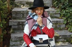 Gorro el negro, melena midi,pañuelo en rayas en rojo, blanco y azul,chaqueta en rojo, bolso en blanco y negro